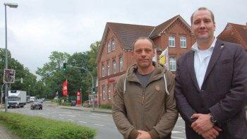 Ortsvorsteher Uwe Keller (l.) und UWG-Fraktionsvorsitzender Jan Lüdemann lehnen eine Wohnbebauung im Süden strikt ab. Sie fürchten eine Gefährdung der geplanten Ortsumgehung und der Sportflächen in Elstorf. Foto: Bianca Wilkens / HA