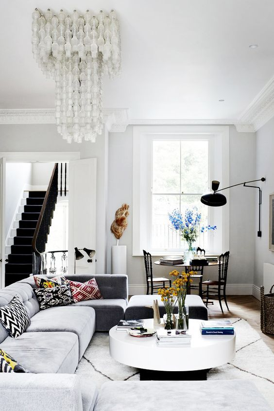 Чёрно белый интерьер с воздушной люстрой и Мароканский ковром