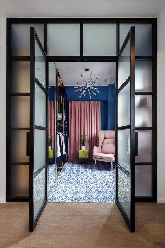 Интерьер с розовым креслом и синей стеной