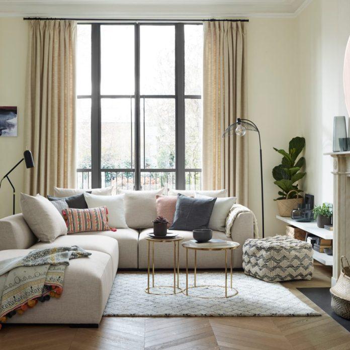 светлый интерьер, диван, пастельные тона фото