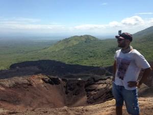 Cerro Negro'nun krateri. Bulunduğum yerde biraz oturdum ama dayanamadım, toprak sıcak.