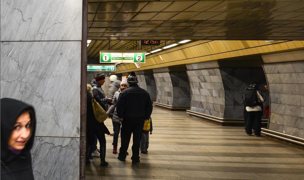 Проверка билетов контролёрами на станции пражского метрополитена