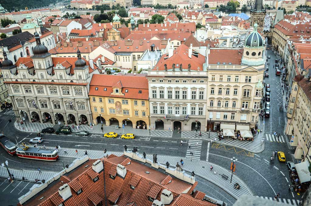 Вид на Малостранскую площадь и Карлов мост с колокольни костёла Св. Николая