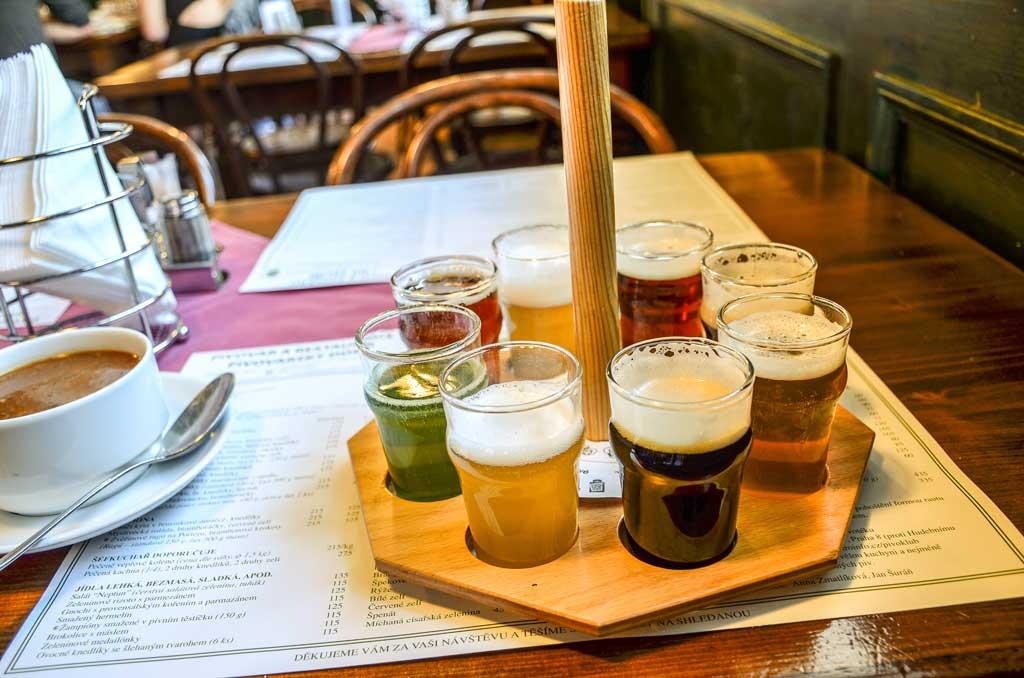 Пивные Праги. Пивоварня «Pivovarský Dům». Фирменная пивная карусель. Дегустация пива