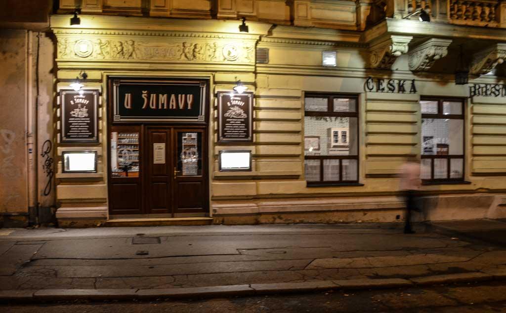Прага. Трамвай 22. Остановка «Štěpánská». Пивной ресторан «U Šumavy»