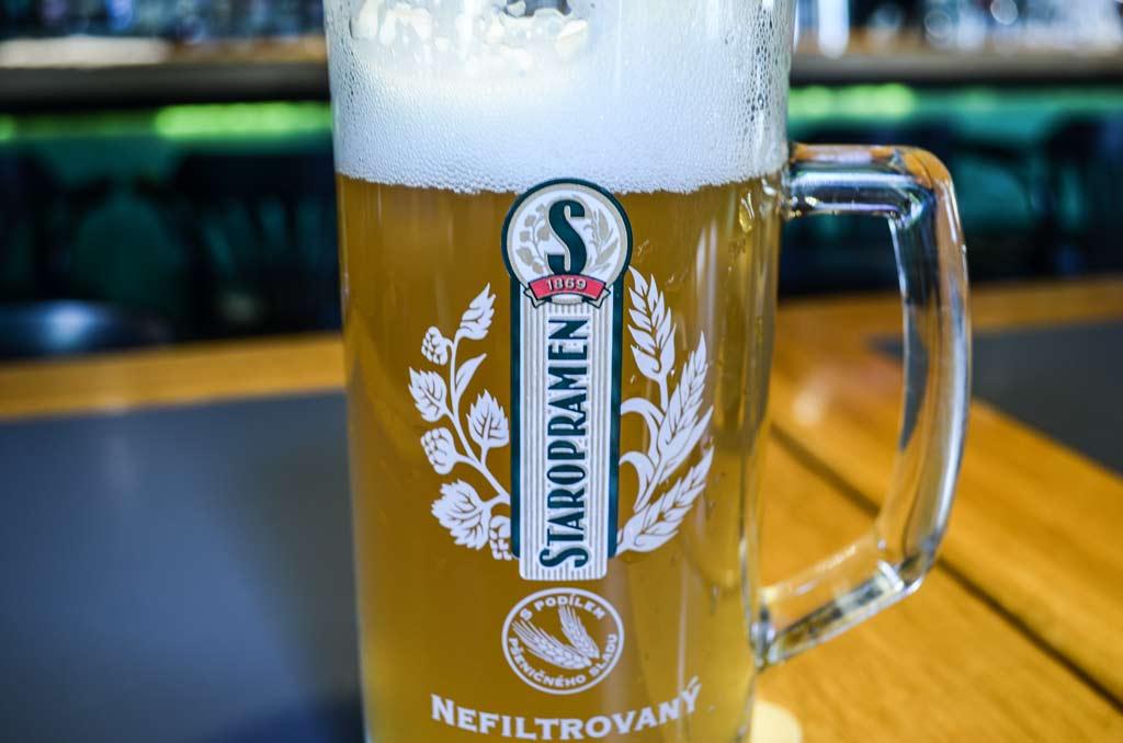 Чешское пиво. Ресторан «Vinohradský parlament». Пшеничное пиво «Staropramen Nefiltrovaný 12°»