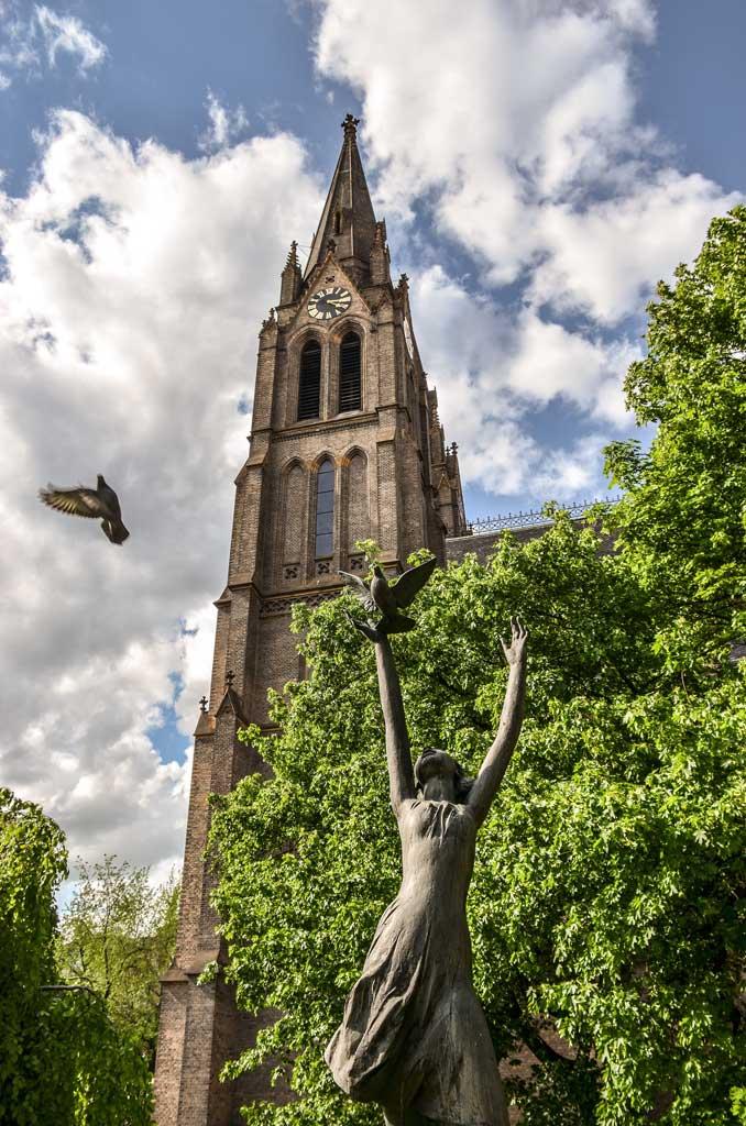 Достопримечательности Праги. Площадь Мира. Скульптура «Аллегория мира» у костёла Св. Людмилы