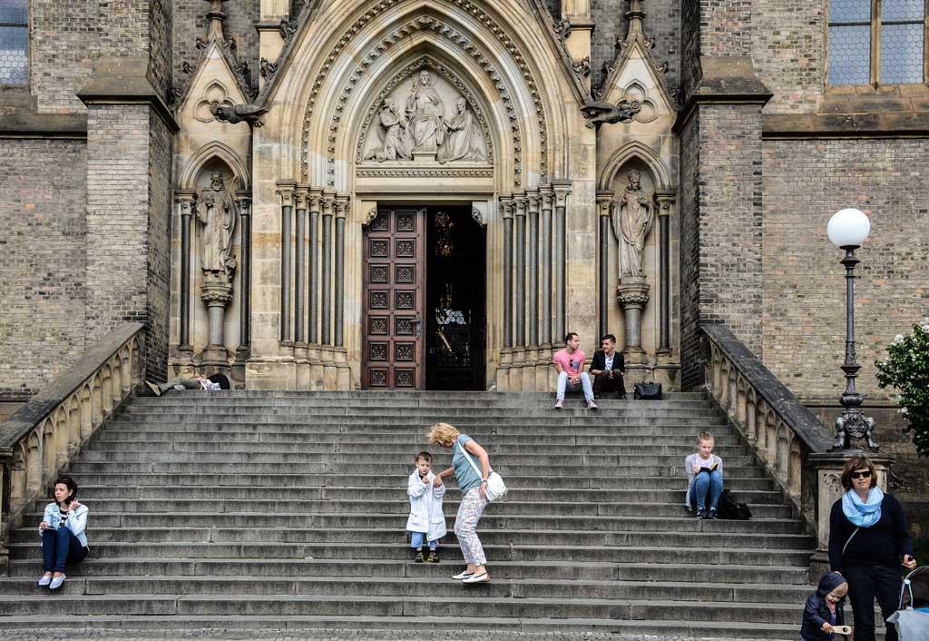 Пивной маршрут по Праге. Костёл Святой Людмилы. Главный вход