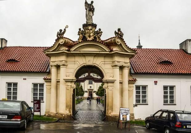 Достопримечательности Праги. Бржевновский монастырь. Главные ворота