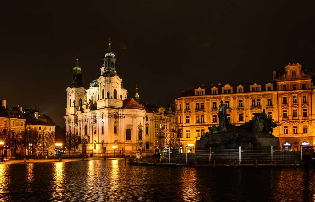 Памятник Яну Гусу и церковь Св. Николая