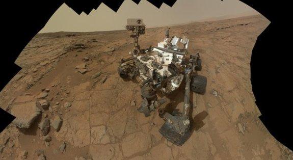 Bu fotoğraf Curiosity'nin 177'nci Mars Gününde 3 Şubat 2013 tarihinde 66 fotoğrafın birleşmesi ile oluştu.