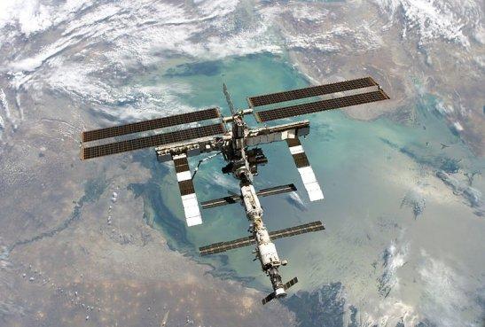 Uluslararası Uzay İstasyonu'nun Discovery Uzay Mekiği'nden çekilmiş bir pozu. Arkada ise Hazar Denizi ve Volga Deltası görünüyor.