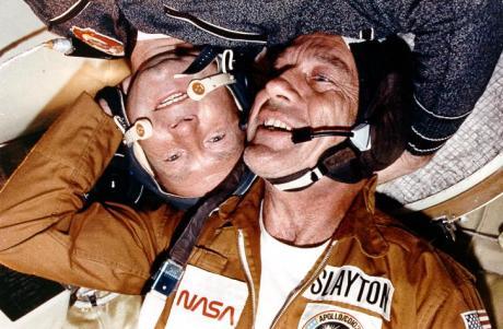 Sovyet uzayadamı Aleksey Leonov (ters), ABD'li meslektaşı Donald Slayton (düz) ile samimi bir pozisyonda.