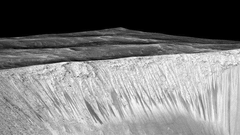 Mars yüzeyindeki karanlık çizgiler sıvı su akışından kaynaklanıyor. [Fotoğraf: NASA]