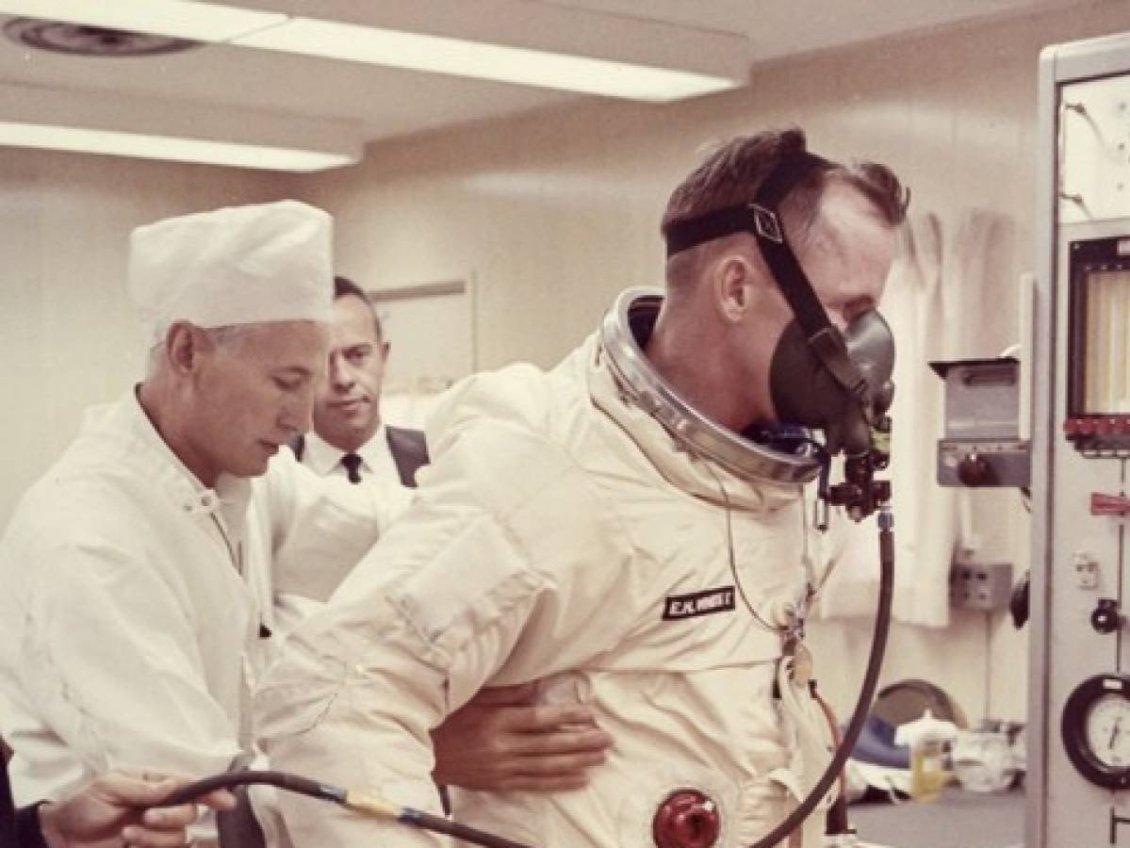 Astronot Ed White, Gemini 4 görevi öncesi görevlilerle birlikte uzay giysisi ve yaşam destek birimlerini test ediyor.