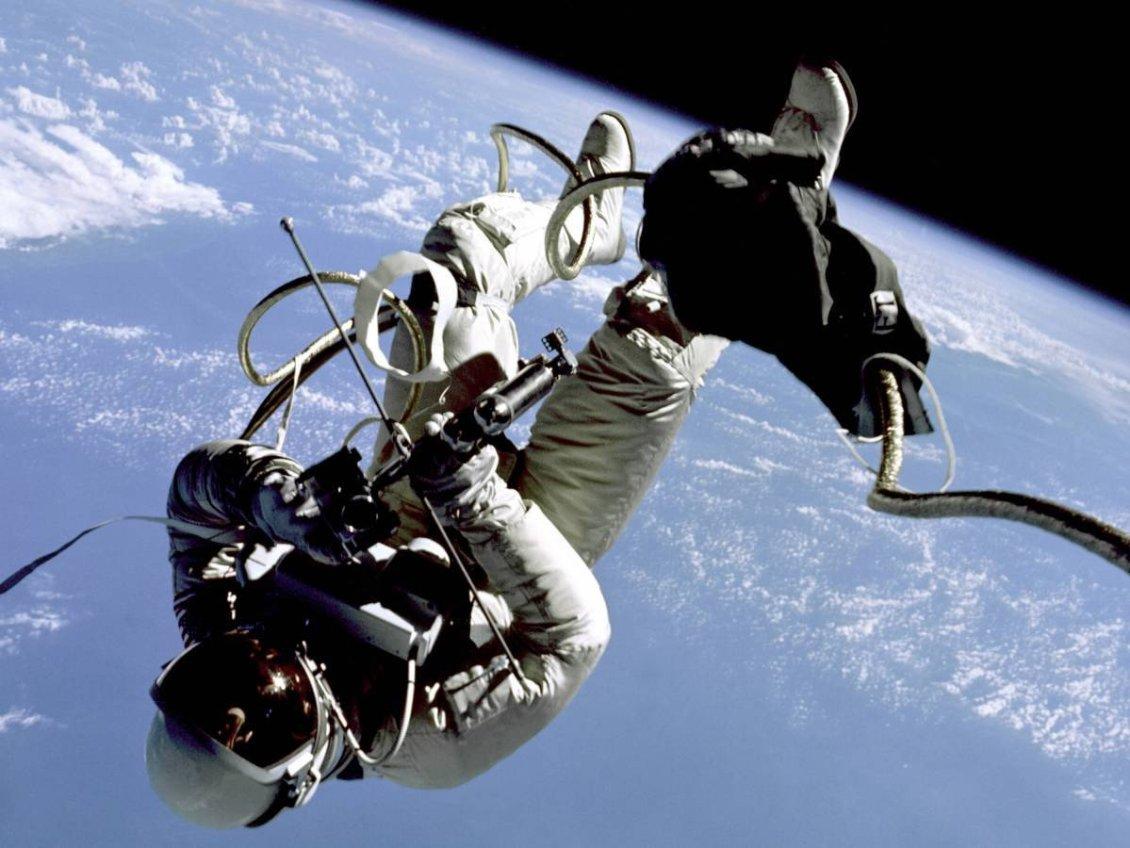 Gemini 4 pilotu Edward H. White, uzay aracı dışı görevi sırasında uzay boşluğunda takla atıyor.