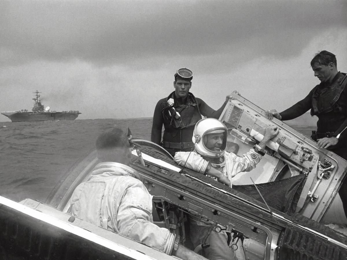 Astronotlar Thomas P. Stafford ve Eugene A. Cernan, Gemini 9 görevi sonrası dünyaya dönüşlerinde kurtarma ekibi tarafından karşılanıyorlar.