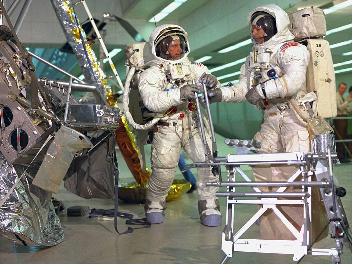 Apollo 12 ekibinden Pete Conrad ve Al Bean, Kennedy Uzay Üssü'nde bulunan Uçuş Ekibi Çalışma Binası'nda kurulan iniş bölgesi platosunda, araç dışı görevler için araştırma yapıyorlar.