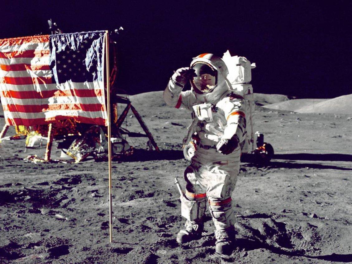 Apollo 17 kumandanı Eugene A. Cernan, Ay'da Amerikan bayrağına ikinci selamı veriyor.