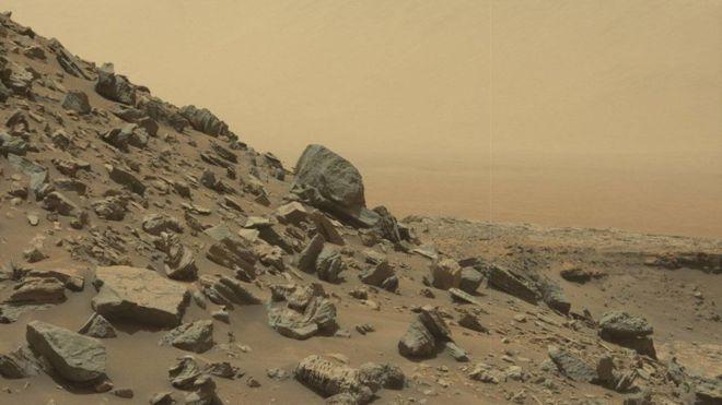 Bu fotoğraftaysa, ufukta Gale kraterinin çeperi görünüyor.