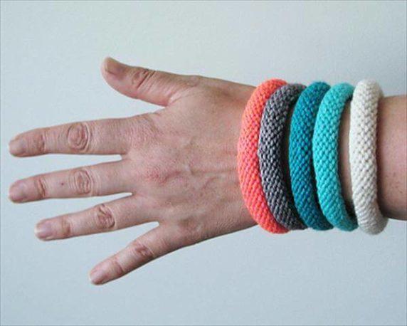 Браслет на руку из вязаного крючком шнура