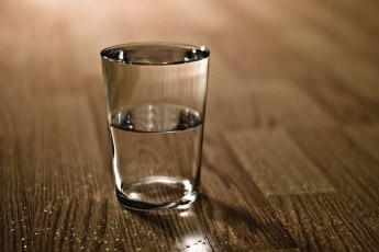 Чем будет полезен стакан воды, поставленный на ночь возле кровати?