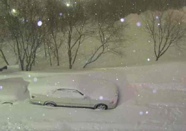 Мужчина сфотографировал свою заснеженную машину, а на утро не поверил своим глазам!