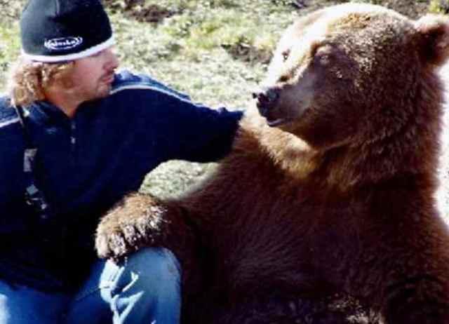 Этот парень нашел двух медвежат возле умершей матери. Произошедшее потом не передать словами… (12 фото)
