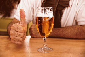 Я выпил бокал пива. Полицейские увидели меня в машине, один из них подбежал и потребовал документы