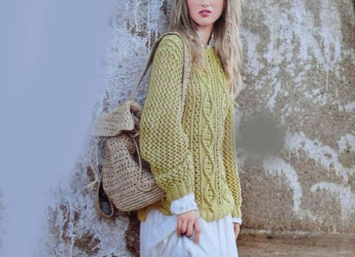 Желтый пуловер спицами c ажуром и косами