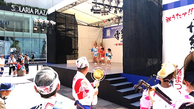 岩田屋三越演舞台で踊るうずうず連ちびっ子