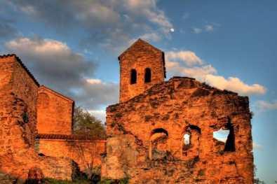 Razvaliny drevnej baziliki e