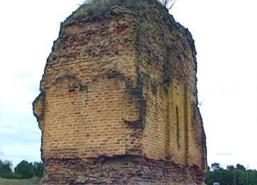Остатки поздне-средневекового(?) храма на левом берегу реки Алазани. Построен из кирпича.