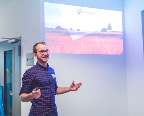 Moritz Hintze pitcht für Bookitgreen auf der Start-up Night in Berlin