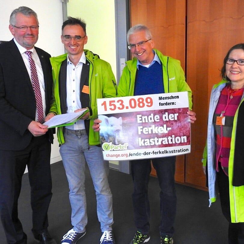 V-Partei³ übergibt dem Landwirtschaftsausschuss des Bundestages vor entscheidender Sitzung über 153.000 Unterschriftenfür ein Ende der Ferkelkastration