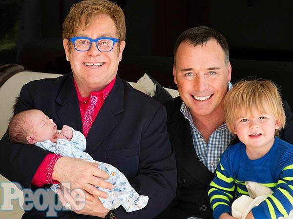 Элтон Джон позировал вместе с семьей для британского таблоида