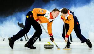 De Nederlandse curlingmannen aan het werk.