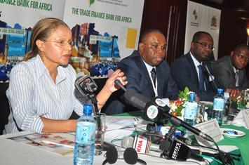Sheila Mmbijjewe, Vice-Gouverneur de la Banque Centrale du Kenya, déclarant ouvert le Séminaire sur le Financement Structuré du Commerce, aux côtés  de (de g. à d.) Dr. Benedict Oramah, Président d'Afreximbank ; Dr. George Elombi, Vice-Président Exécutif d'Afreximbank et Ernest Etti de la Fondation Africaine du Renforcement des Capacités.