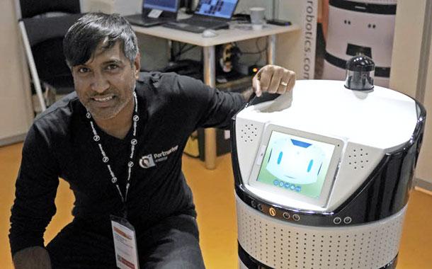 Ramesh Caussy à coté de son invention