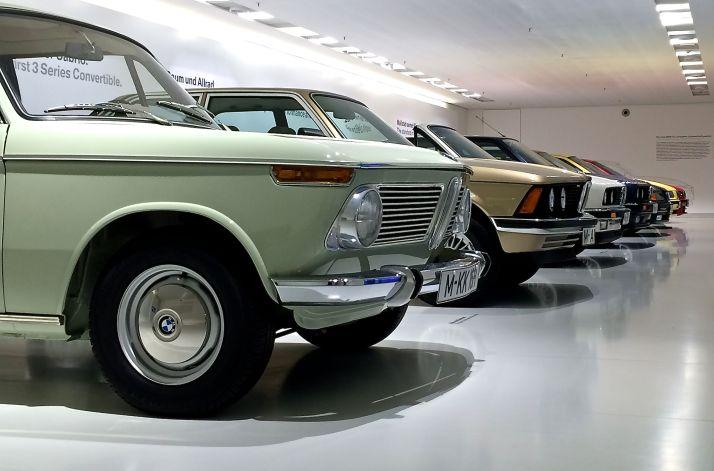 Hier stehen die vielen Generationen des BMW 3er - und der Urvater 1600