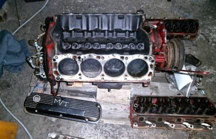 Knut beginnt mit dem Zerlegen des Motors. Nach dem Entfernen der Zylinderköpfe verstecken sich die Kolben unter einer dicken Schicht rußiger Ablagerungen.