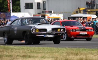 Die Dodge-Brothers auf der Rennstrecke – der Coronet läßt seinem jüngeren Bruder keine Chance.