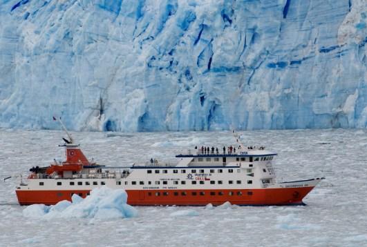 Crucero Kaweskar frente al Glaciar Amalia