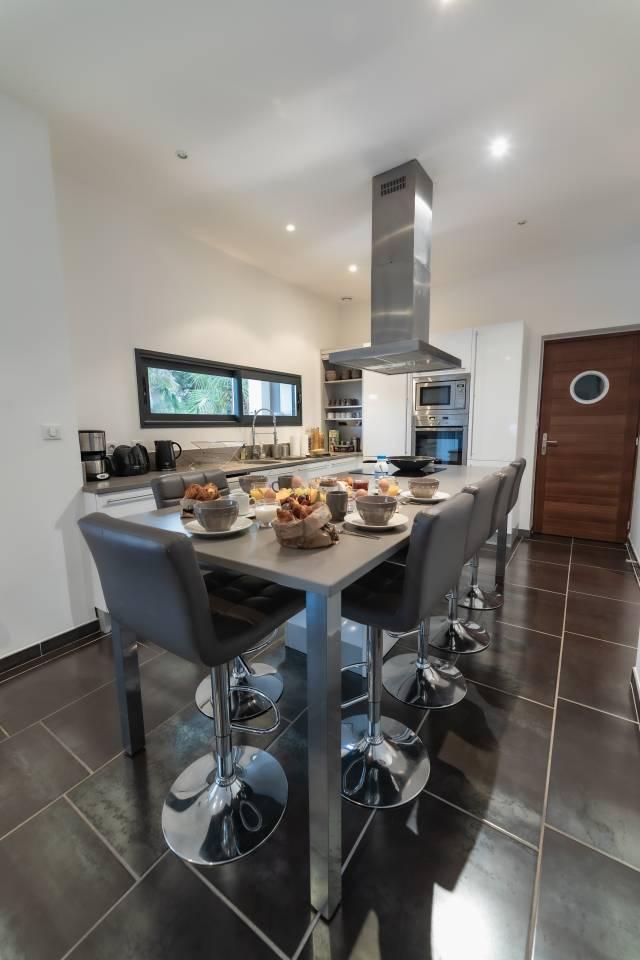 la cuisine de la villa de luxe en location au cap d'agde