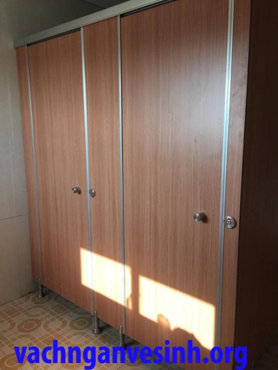 Vách ngăn vệ sinh màu vân gỗ
