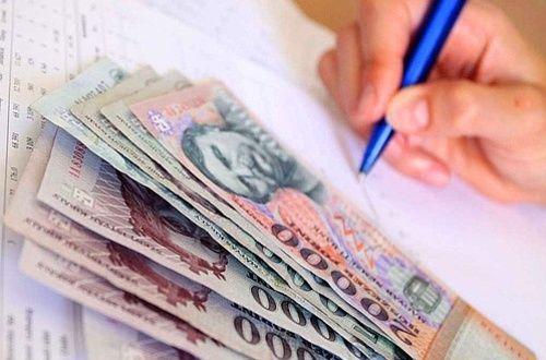 pénz - banjegyek és jegyeztelő kéz tollal