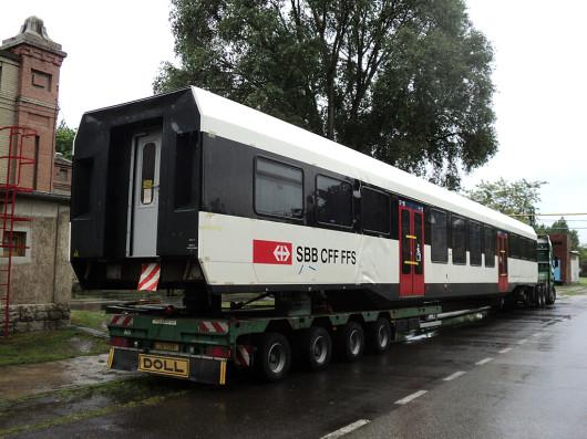INOVA vasúti kocsi a tréleren Dunakeszin