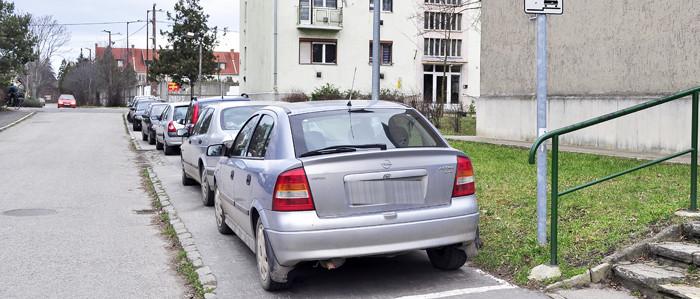 Mező utca - járdán parkoló autók-700