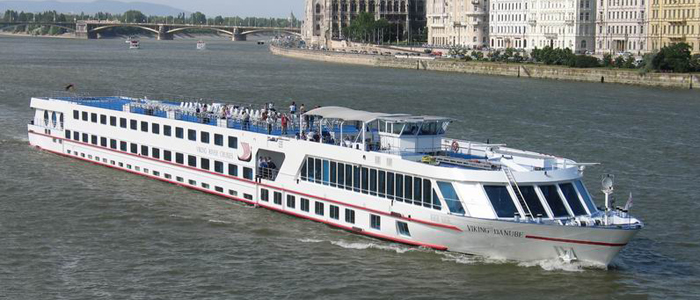 Viking üdülőhajó Budapesten a Dunán-700