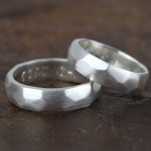 alianza de plata artesanal facetada